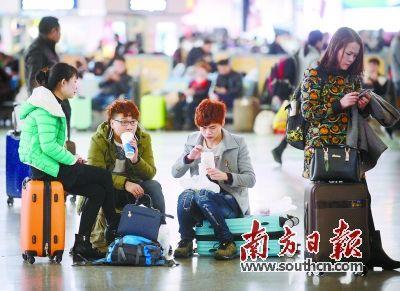 14日,广州南站,放假的学生进站候车。
