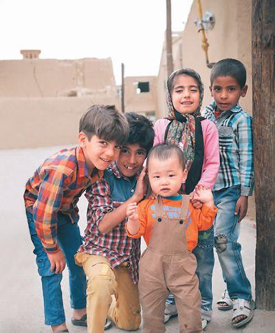 在伊朗亚兹德老城,当地小孩和贩暖的儿子开心玩耍。 贩暖摄