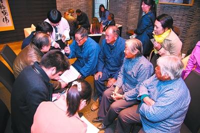 学者正在对上海青浦田山歌进行田野调查
