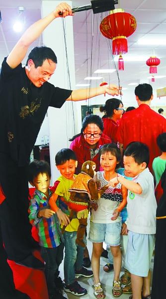 柬埔寨小观众们对泉州提线木偶充满好奇
