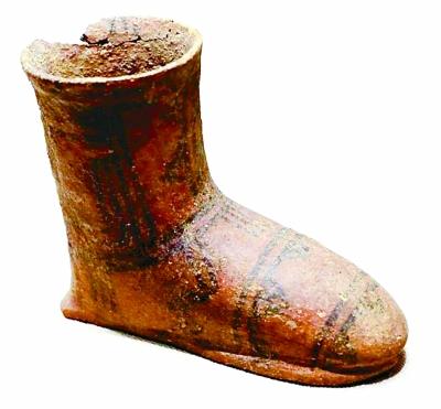 青海乐都柳湾遗址出土的辛店文化陶靴