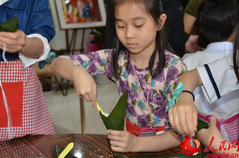 韩国小朋友体验包粽子。周轩摄