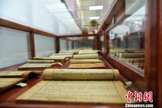 山西男子捐赠500余册中医药古籍 多件珍品首次面世(图)