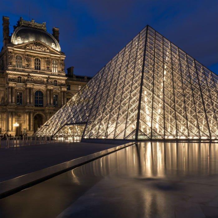 巴黎卢浮宫。以2013年900万游客的接待量,卢浮宫居于榜单首位。卢浮宫建于1190年,原是法国王宫。经过数十年的荒废,1793年成为一座艺术博物馆。馆藏无数名家大作,达?芬奇的《蒙娜丽莎》、米罗的《维纳斯》及杰里柯的《梅杜萨之筏》等。精彩纷呈不容错过。
