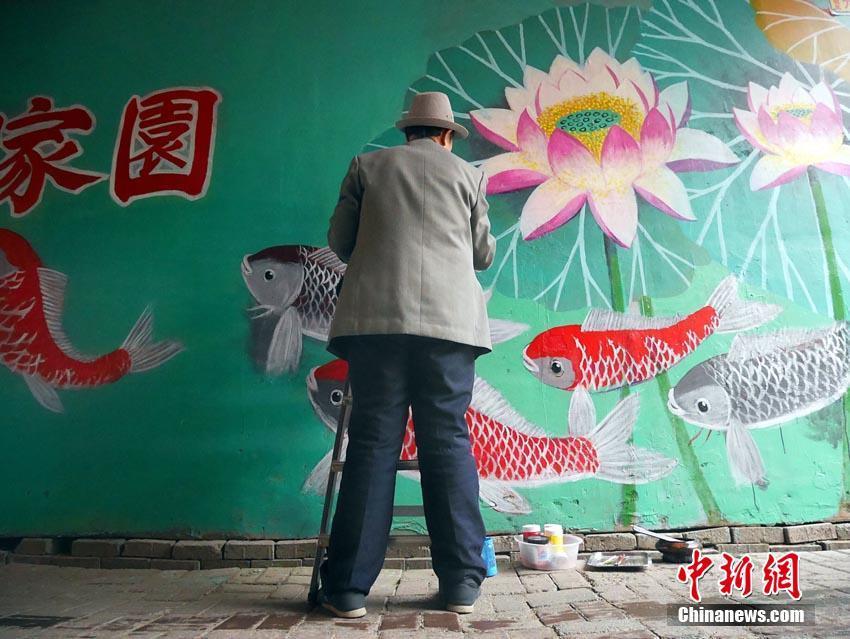 六旬老人彩绘小区墙体 对抗野广告