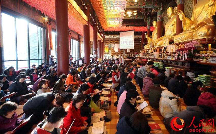 韩国高考倒计时 考生家长寺庙跪地祈福