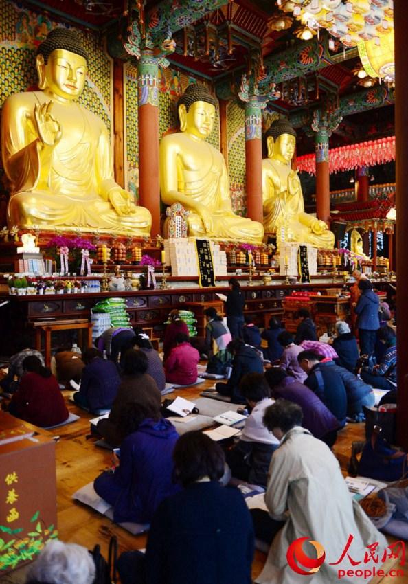 韩国高考倒计时 考生家长寺庙跪地祈福【2】