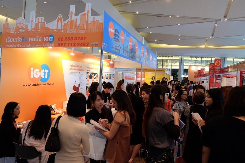 在泰中国际教育联盟所设展台前,咨询赴华留学信息的泰国学生及家长人流如潮。(图片由参展机构提供)