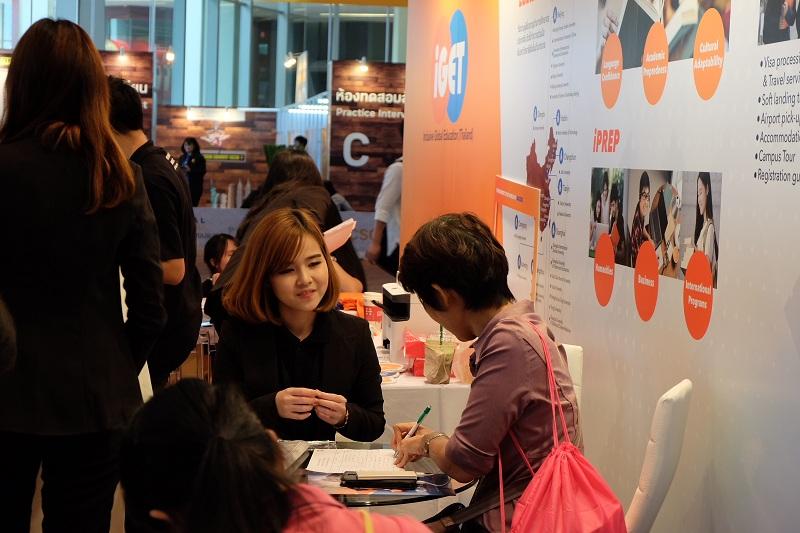 一名泰国家长正在为自己的孩子咨询赴华留学信息。(图片由参展机构提供)