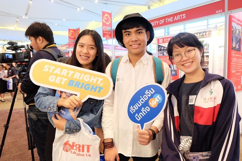 泰国学生和中国学生在2017年泰国国际教育展上合影。(图片由参展机构提供)