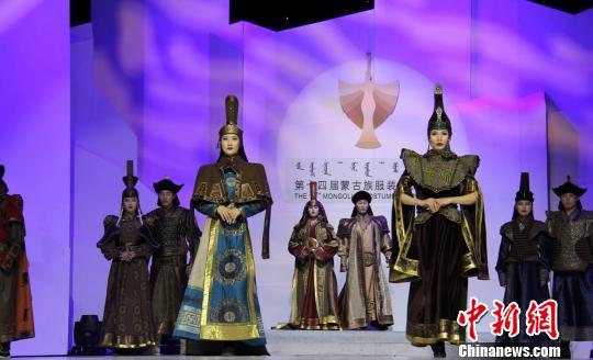 图为模特展示蒙古族服饰。 杨苏文 摄