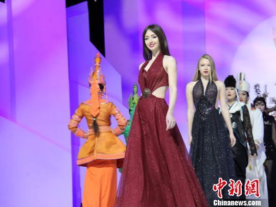 图为俄罗斯代表队服装服饰展演。 杨苏文 摄