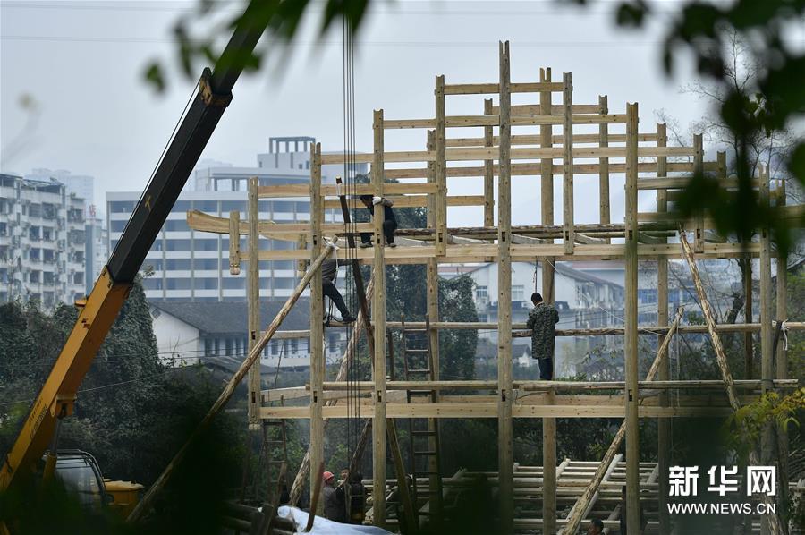 湖北宣恩:吊脚楼民居进县城