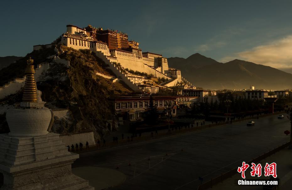 西藏布达拉宫迎新年第一缕阳光