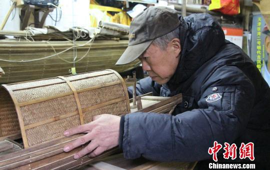 """济南6旬古船修复匠人""""对话""""千年古船(图)"""