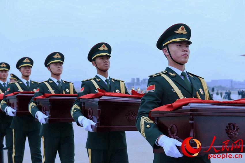中方礼兵手捧烈士遗骸。夏雪摄