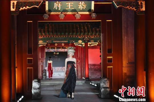 """非遗配华服为中国设计""""点睛""""11场大秀展风采"""